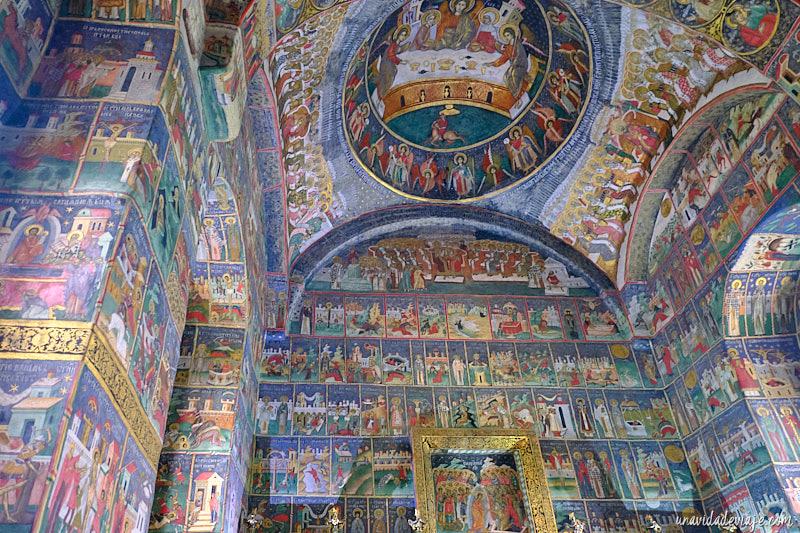 interior del monasterio de sucevita