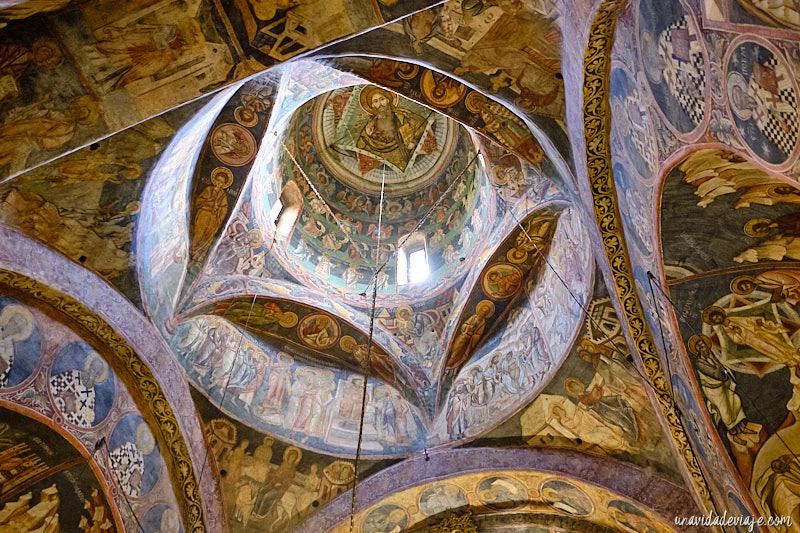 interior del monasterio de voronet
