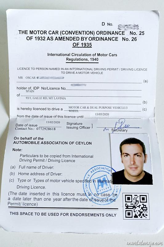 foto de nuestra licencia para conducir tuk tuk en Sri Lanka